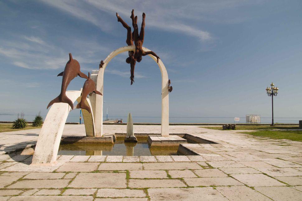 Pitsunda beach statue 2