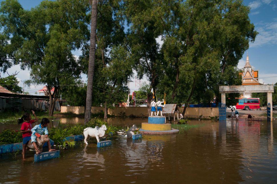 Flooded school, Preak Leap, 2