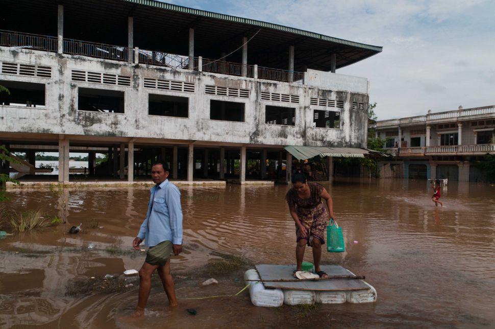 Transport in flooded area, Prek Leap