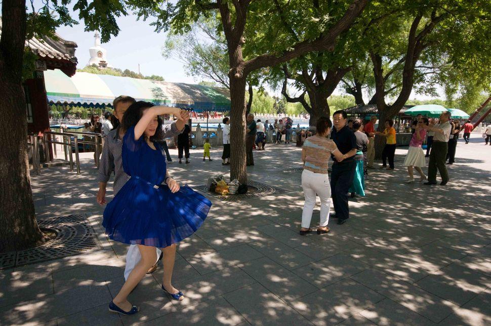 Beihai Park - Rock dancers