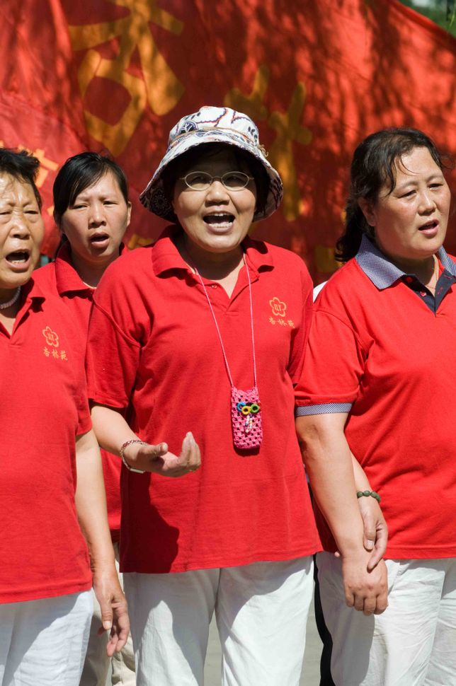 beihai Park - Singing under the red flag