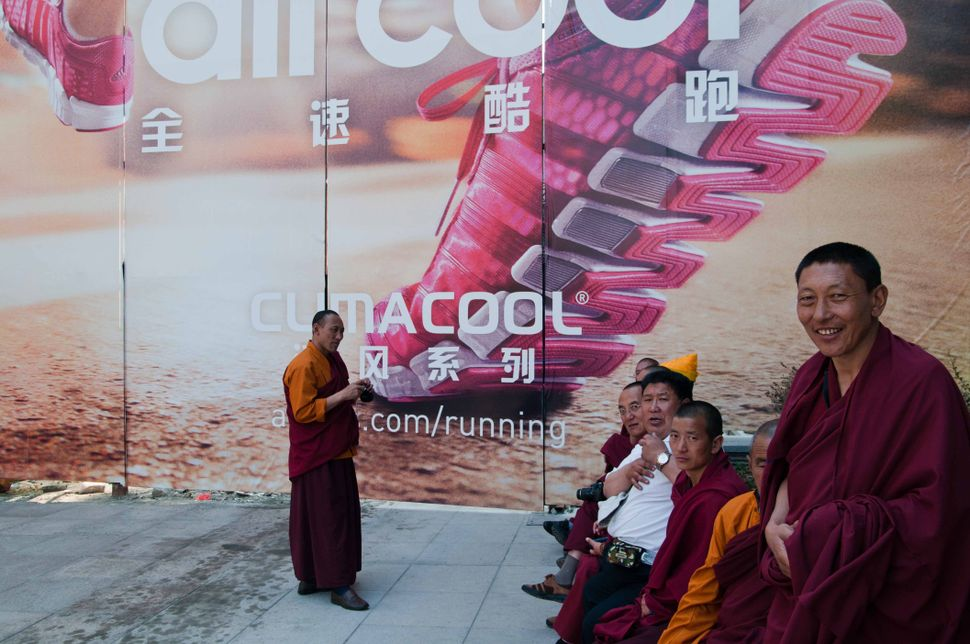 Qinghai monks on Nanjing Lu, 3