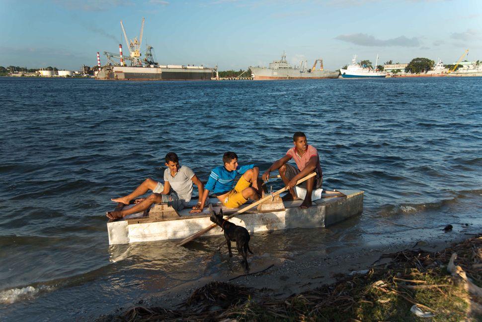 La Reina neighbourhood, Cienfuego - Kids in a raft, 2