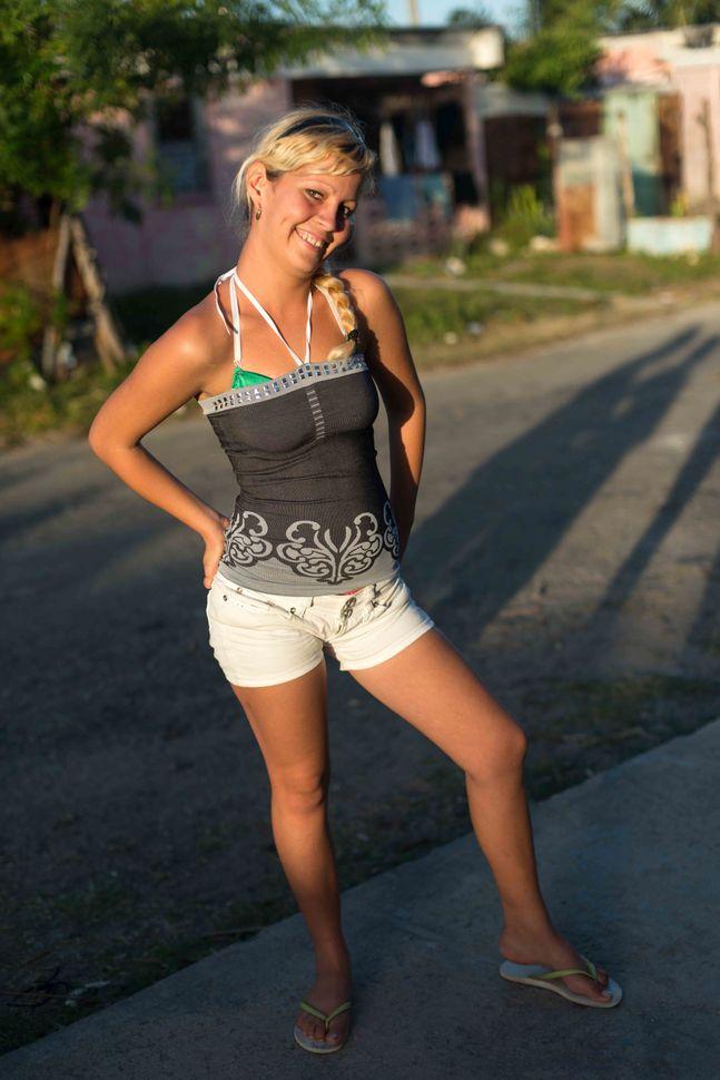 La Reina neighbourhood, Cienfuego - Young mother posing