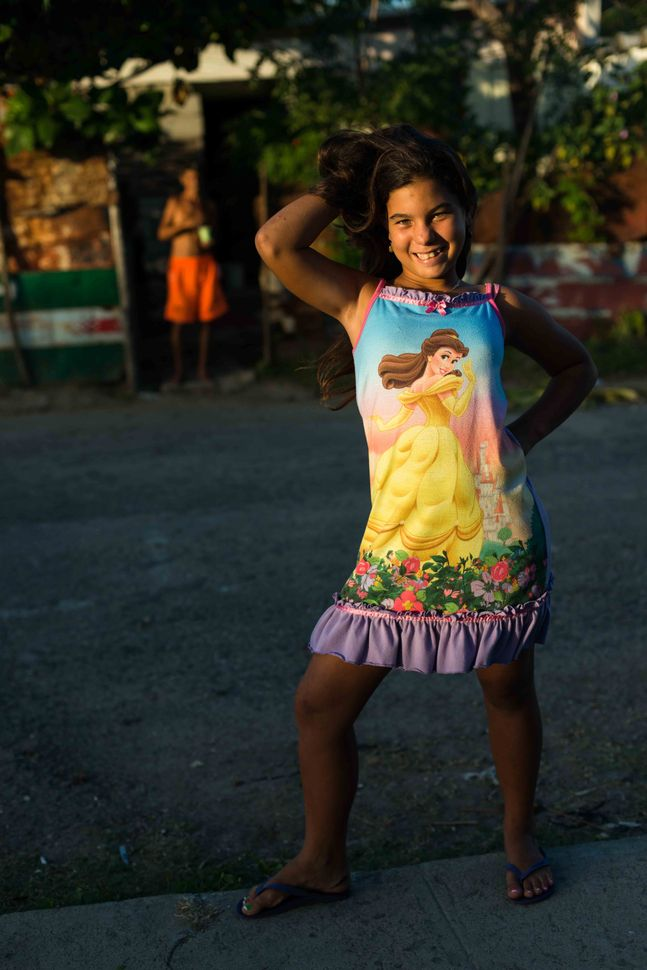 La Reina neighbourhood, Cienfuegos - Young girl with Snow White dress posing