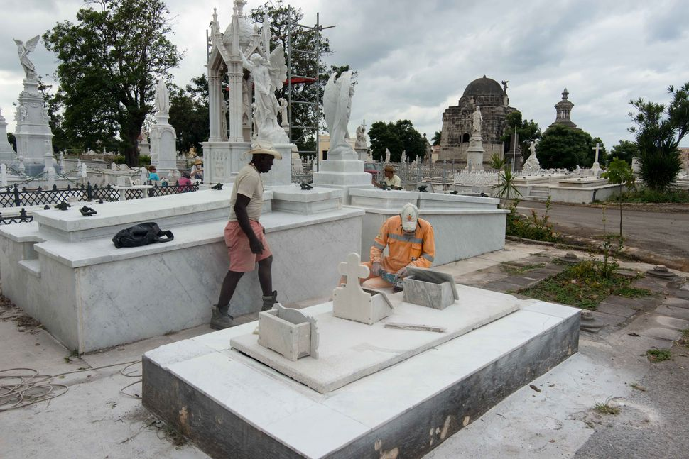 Necropolis Colón, Workers polishing marble tomb