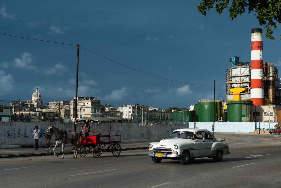 Old car and horse cart, Havana