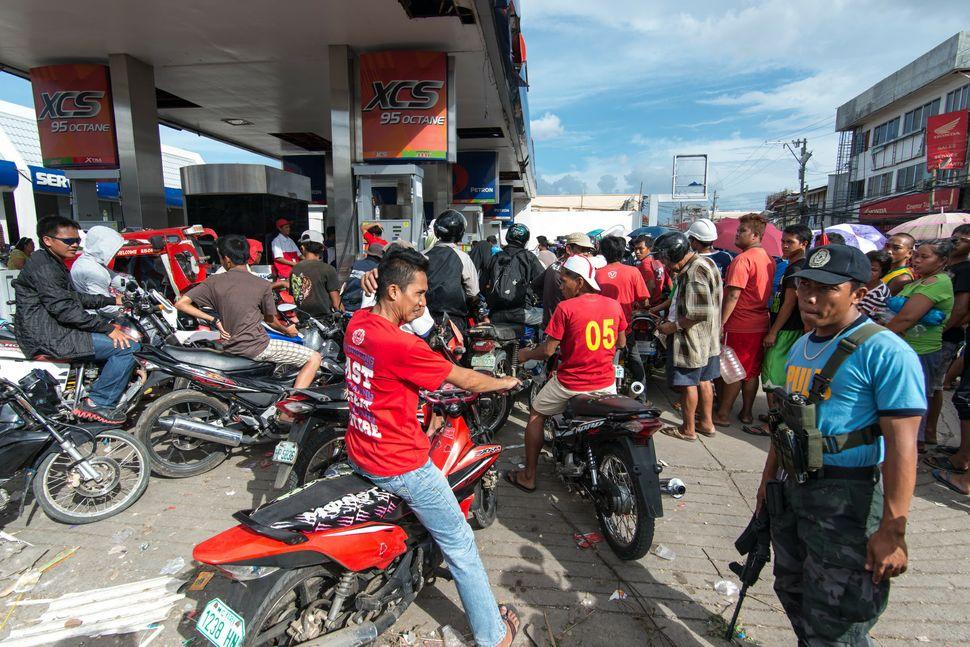 Fuel queues under police supervision