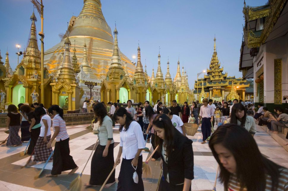 Shwedagon Pagoda, sweeping at dusk