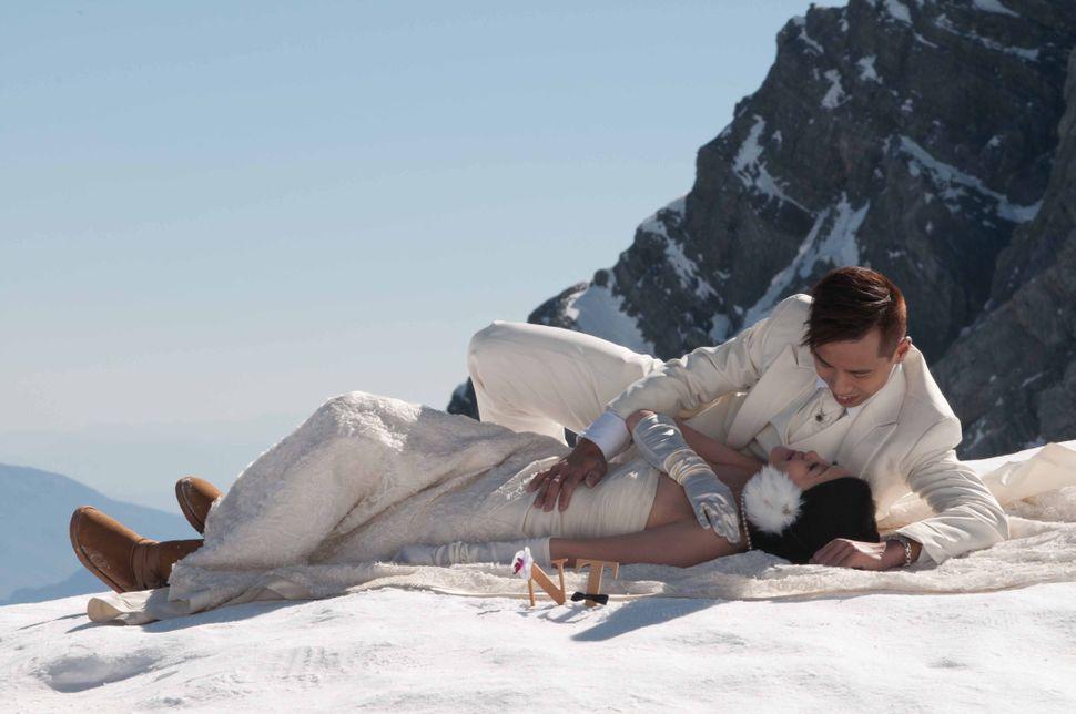 Wedding couple on Yulong mountain (4860m) 2